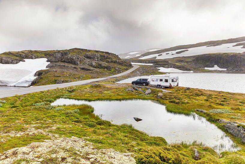 Wild kamperen langs de Sneeuwweg in Noorwegen van Evert Jan Luchies