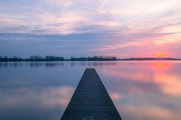 Träumerischer Sonnenuntergang an einem See von Richard Steenvoorden