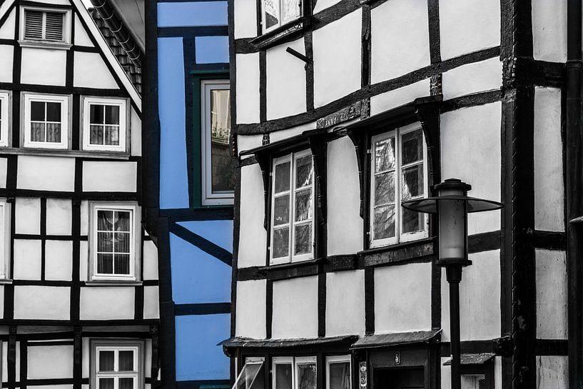 Blauw vlak in Duits vakwerkhuisje van Patrick Verhoef