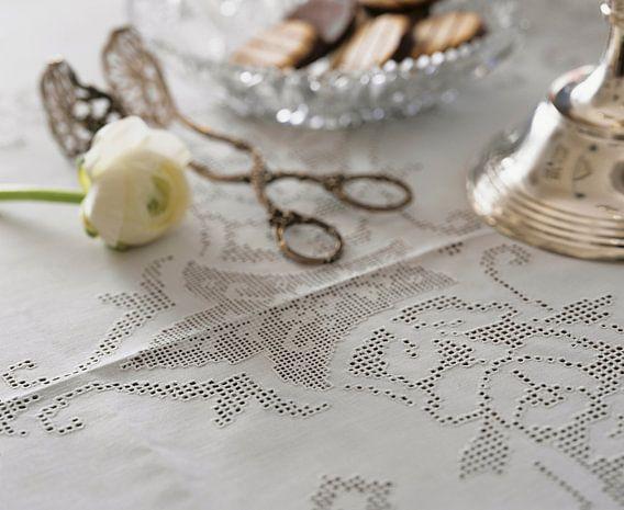 Wit ajourrand tafelkleed met ranonkel en caketang