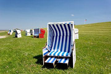 Strandkörbe am Nordseedeich von Angelika Stern