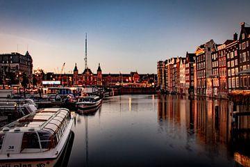 Amsterdam | Damrak, Amsterdam Centraal Station en A'DAM Lookout vanaf Oudebrugsteeg van Mark Zoet
