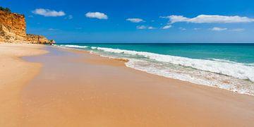 Zandstrand aan de Algarve in Portugal van Werner Dieterich