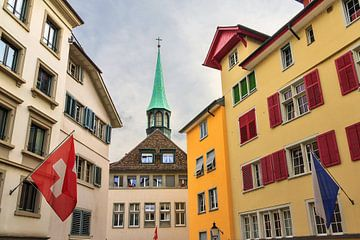 Stadsgezicht Zurich met kerktoren von Dennis van de Water