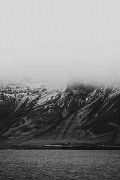 Schneebedeckte Gipfel und stürmische Wolken - Island von Holly Klein Oonk
