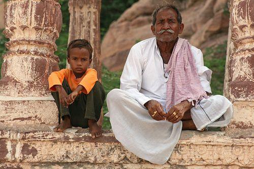 Jongetje en oude man in Jodhpur van Gert-Jan Siesling