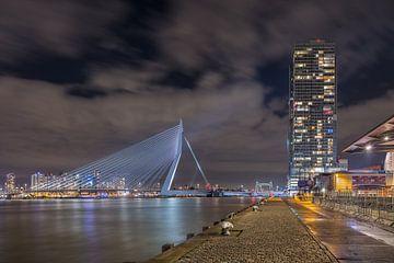 De iconische Erasmusbrug en Rotterdamse toren bij nacht van Tony Vingerhoets