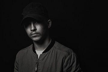 kontraststarkes Portrait eines jungen Hip-Hop Künstlers von Besa Art