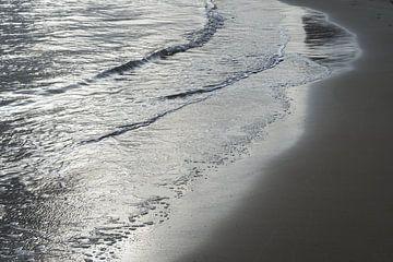 Zilver grijs water en zand 1 van Montepuro