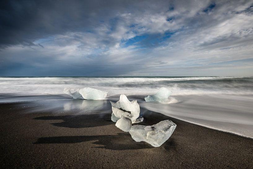 IJsschotsen op Diamond Beach - IJsland van Erwin Maassen van den Brink