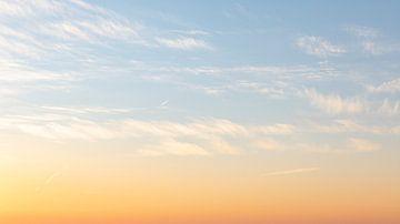 Wolken met avondlicht 2 van Percy's fotografie