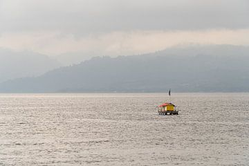 Drijvend vissershuis in de baai van Ambon, Molukken, Indonesië van Zero Ten Studio