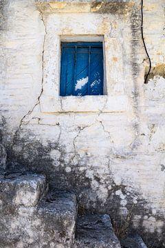 Blauw raam in gevel met stenen trap van Yke de Vos
