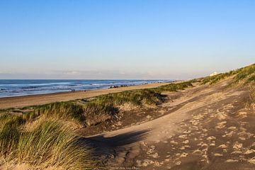 Een mooie zonnige dag op het strand van Katwijk aan Zee van Arie  van Duijn