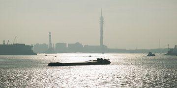 Binnenvaartschip op de Nieuwe Maas van Roel Ovinge
