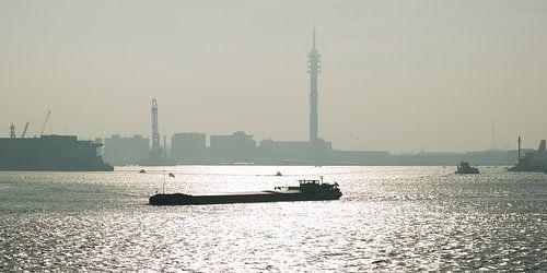 Binnenvaartschip op de Nieuwe Maas