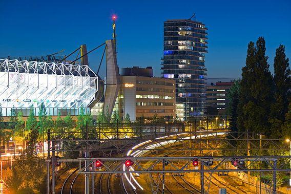 Nachtfoto van het spoor, PSV stadion en gebouw Hartje New York te Eindhoven