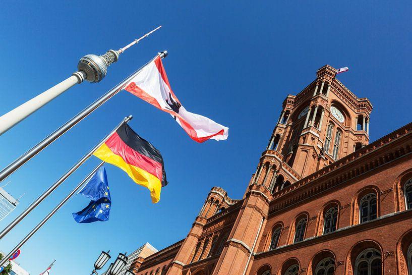 Hôtel de ville et tour de télévision rouges à Berlin sur Frank Herrmann