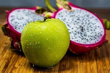 Frucht auf Holzbrett von Bernd Hartner