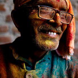 Bezoeker van het Holi festival, india van Marvin de Kievit