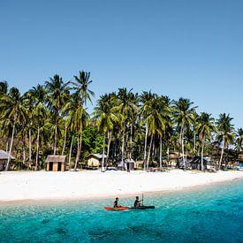 Droom eiland; wit strand, blauwe zee en palmbomen | Filipijnen van Yvette Baur