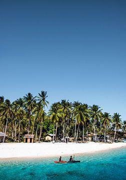 Weißer Strand und blaues Meer | Philippinen von Yvette Baur
