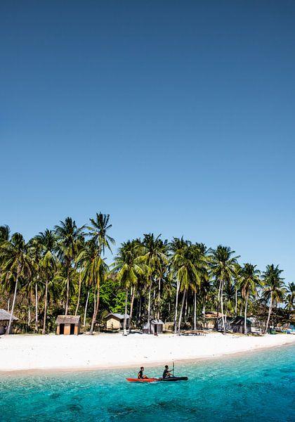 Wit strand en blauwe zee | Filipijnen van Yvette Baur