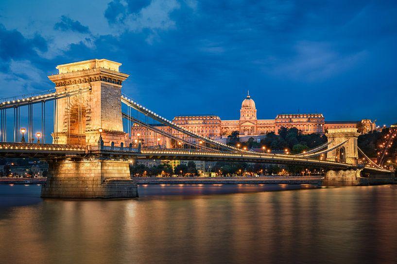 Buda Kasteel en Kettingbrug in Boedapest van Michael Abid