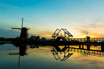 Brug met molens bij zonsondergang in Kinderdijk van Marcel Krol