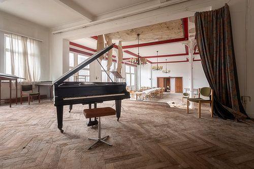 Verlaten Piano in Hotel. van
