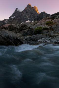 Alpenglühen auf den wunderschönen Bergrücken des Pevoux-Massivs in den französischen Alpen. von Jos Pannekoek