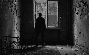 Homme debout à la fenêtre sur Frank Herrmann