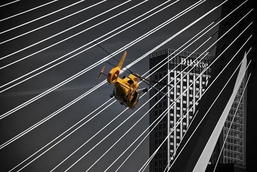 Helikopter in actie voor de Erasmusbrug in Rotterdam
