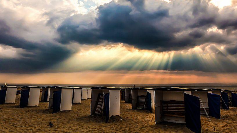 Badhokjes onder dramatische wolken in Katwijk aan Zee van Anneriek de Jong
