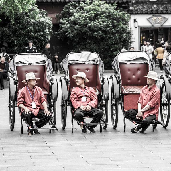 Chinesische Männer mit Auto von Rob Bleijenberg