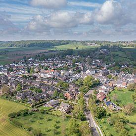 Luchtfoto van kerkdorpje Epen in Zuid-Limburg van John Kreukniet