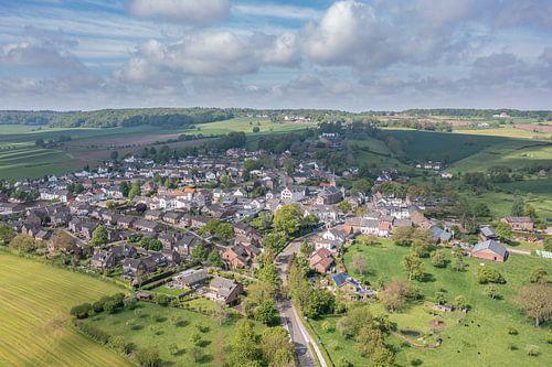 Luchtfoto van kerkdorpje Epen in Zuid-Limburg