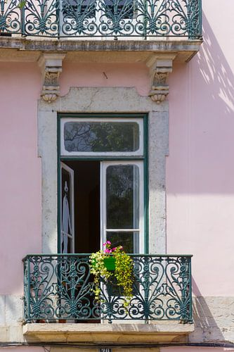 Raam met balkon in Lissabon, Portugal van