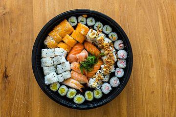 een assortiment sushi op houten tafel van Compuinfoto .