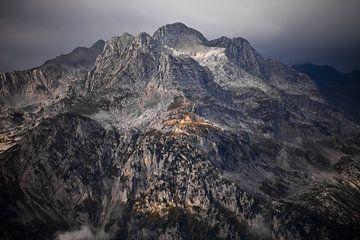 Harscher steinerner Felsgipfel, nur ein Stein inmitten von Nebel und bleiernen Wolken. Kaukasus, Abc von Michael Semenov