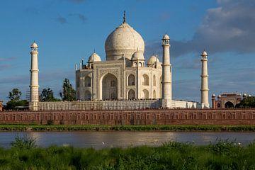 Taj Mahal in der Abendsonne vom Ufer aus von Sofie Bogaert
