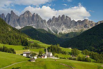 Kerkje in Val di Funes - Dolomieten van Gerard Van Delft
