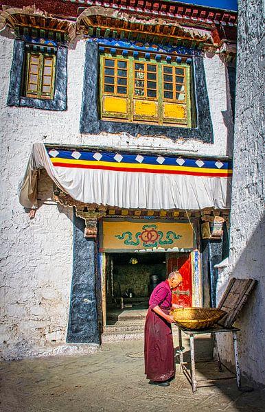 Monnik aan het werk op de binnenplaats van het klooster, Tibet van Rietje Bulthuis