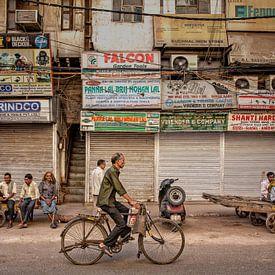 Drukke Indiase straatmarkt in New Delhi, India. van Tjeerd Kruse