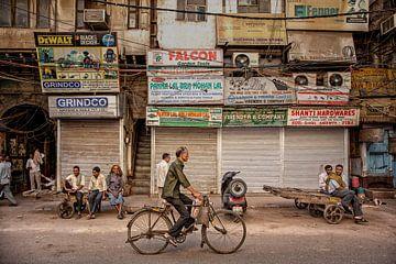 Marché indien animé à New Delhi, en Inde. sur Tjeerd Kruse