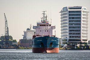 Coaster Wilson Heron komt de haven Amsterdam binnenvaren. van scheepskijkerhavenfotografie