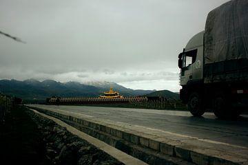 Vrachtwagen scheert langs tempel von André van Bel