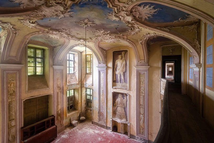 Verlassene Villa mit Kunst. von Roman Robroek