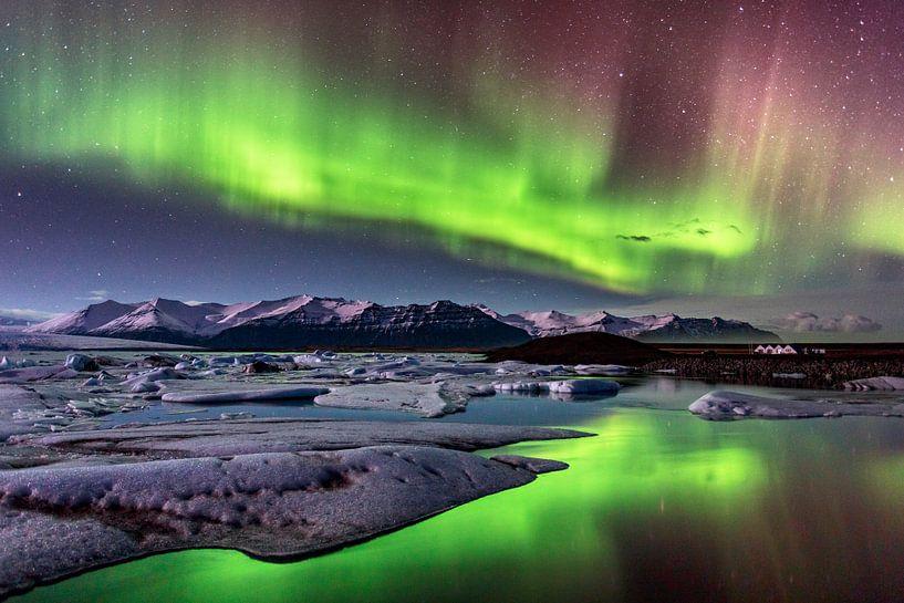 Noorderlicht boven IJsland van Sascha Kilmer