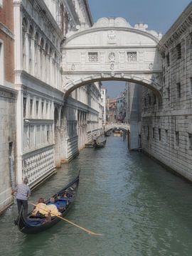 Gracht in Venetie van Karin vd Waal